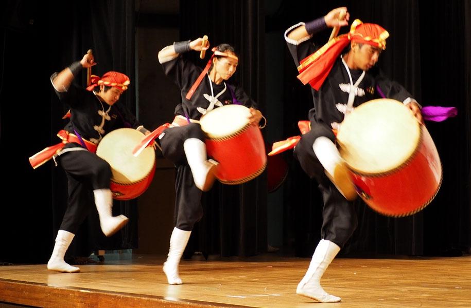琉球國祭り太鼓の迫力あるエイサー