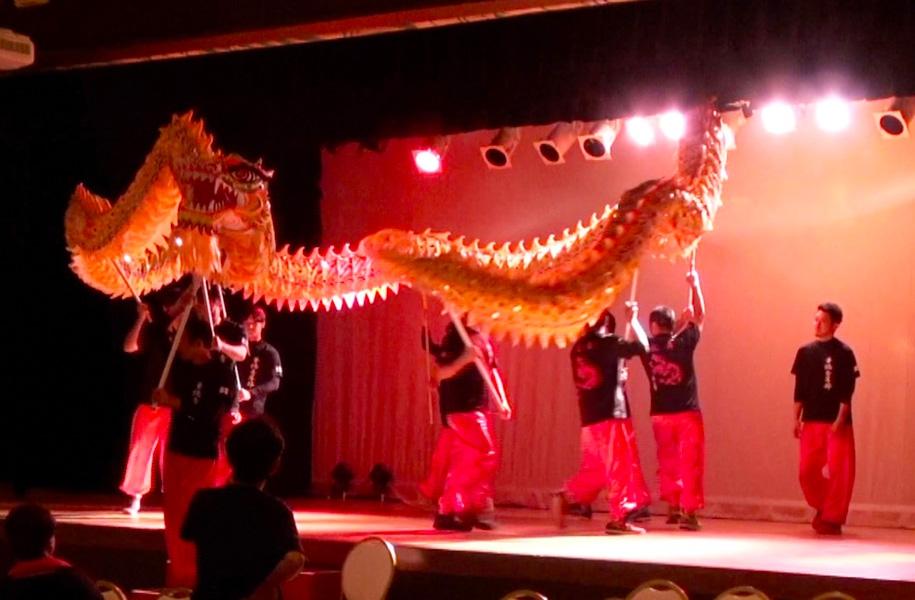 大きな龍が舞台から登場。会場をまわって、まるで生きているかのような動きを見せてくれました。