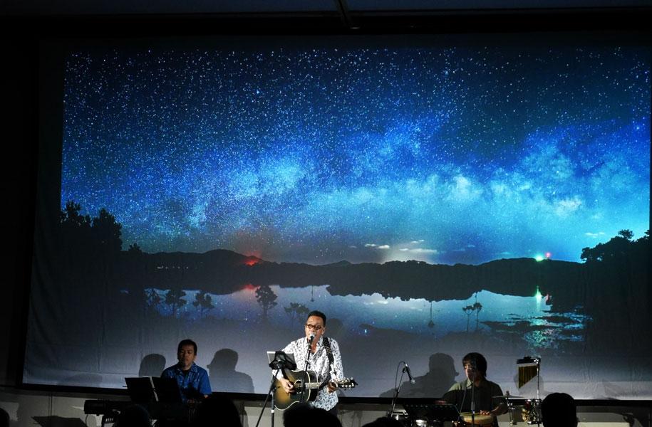 天の川次郎氏の撮影をバックに、池田真作さんのライブ!最高でした!