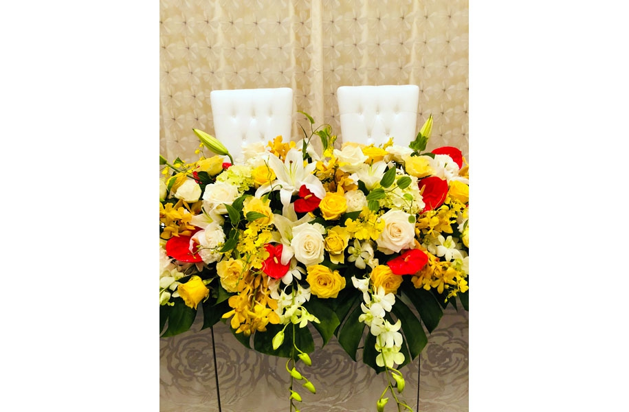 ビタミンカラーのお花たちに囲まれたひな壇