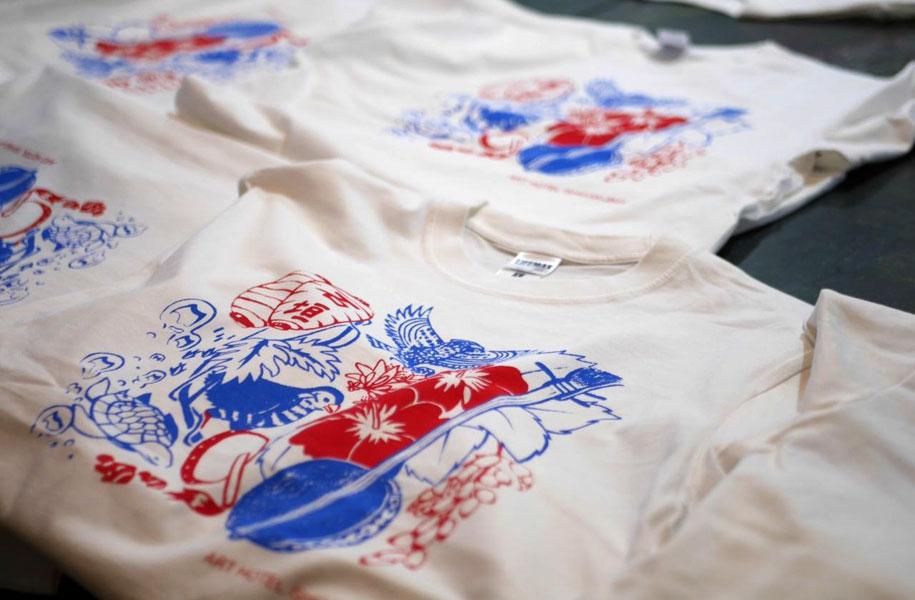 青と赤がとてもさわやかなTシャツ。八重山の魅力がギュッと詰まって旅の思い出にも!