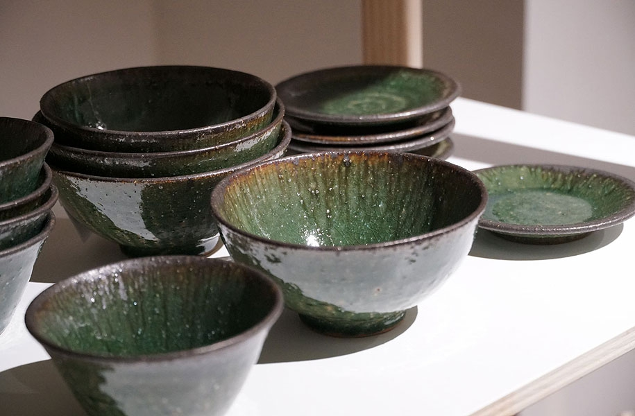 いろいろな種類の器たちが並びます。どれも料理映えする深い緑。どの器に何を盛りましょうか?