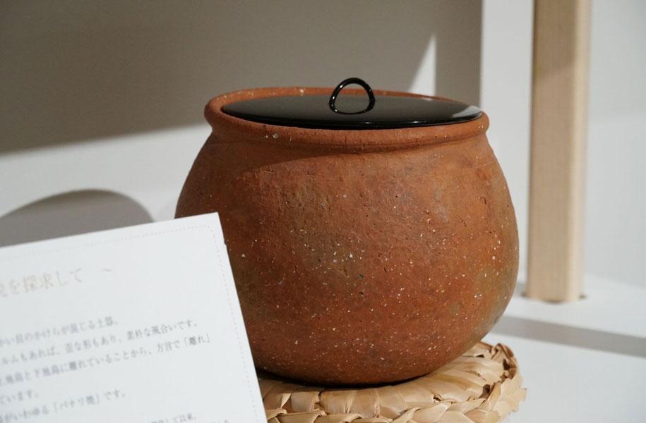 現在は土器と漆のコラボレーションに挑戦中。アートホテル石垣島でも、中に漆が塗られたぽっこりした丸いフォルムがかわいい水入れを展示販売しています