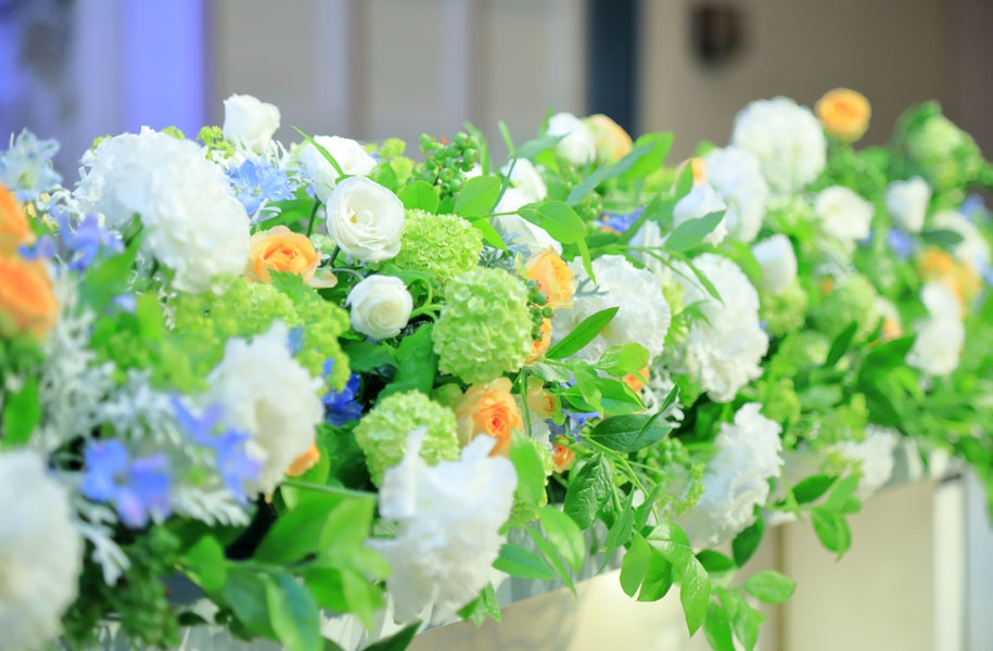 まのフラワーズ:今回はメイン席・セレモニーケーキ・アクアイリュージョンの装花をお任せしました