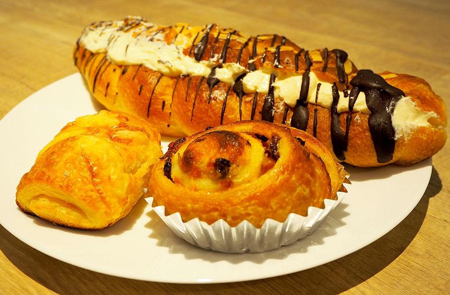 ウィンナーデニッシュ(前左)、フルーツデニッシュ(前右)、チョコクリームパン(奥)