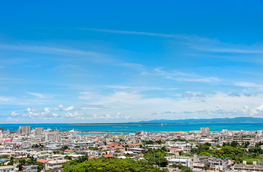 街の向こうに広がる八重山の海とそこに浮かぶ島々。青い空のキャンパスに描かれる雲。