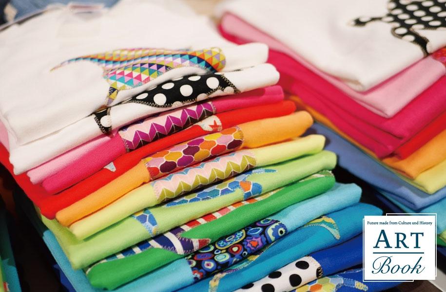 夏の日差しの下、映えるTシャツの色たち。柄もいろいろで、選ぶのが楽しい♪