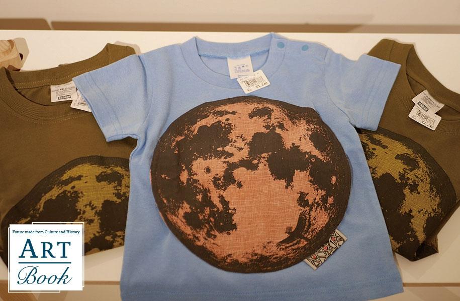 こちらは石垣島から見られる美しい十三夜お月様のTシャツ。なんと、お月様がポケットになっているんですよ。