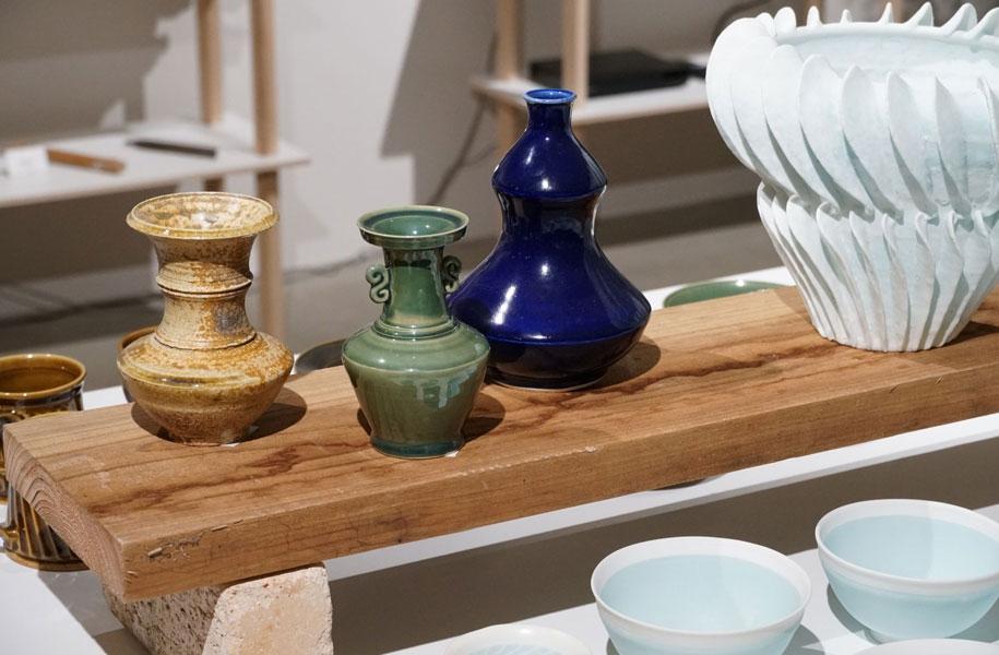 細かな作業が好きという断さんの、古陶をベースにした作品と新技術「透」シリーズの作品