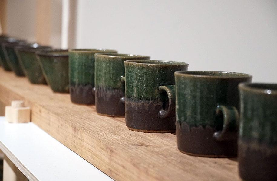 緑と茶色のツートンカラーのマグカップ。これからの季節、あたたかい気持ちになれる一品です。