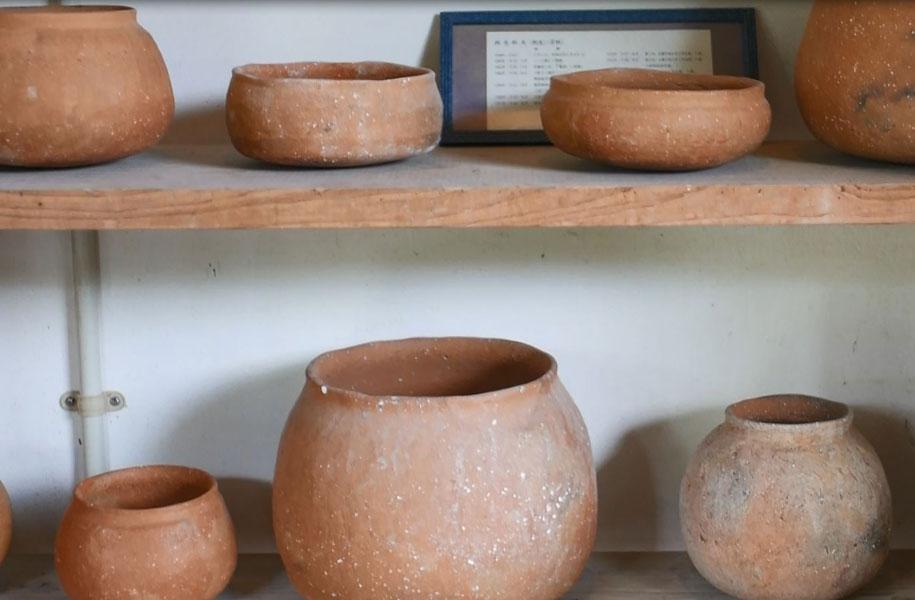 少し離れた場所にある「パナリ焼展示館」。西表島の南東に位置するパナリ島(新城島あらぐすくじま)で作られていた土器。展示館では発掘されたもの、復元されたものが見られます。(来館要予約)