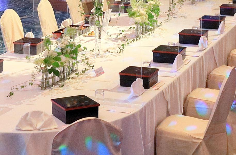 【晩餐会スタイルのセッティングイメージ】前と横にアクリル板を設置。このスタイルは最上階のスカイバンケットでもご利用いただけます。
