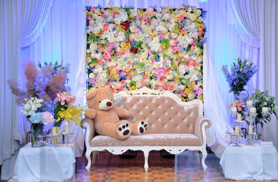 【少人数披露宴】今回はメイン席のバックに生花を配置。華やかでゴージャスと好評でした♪