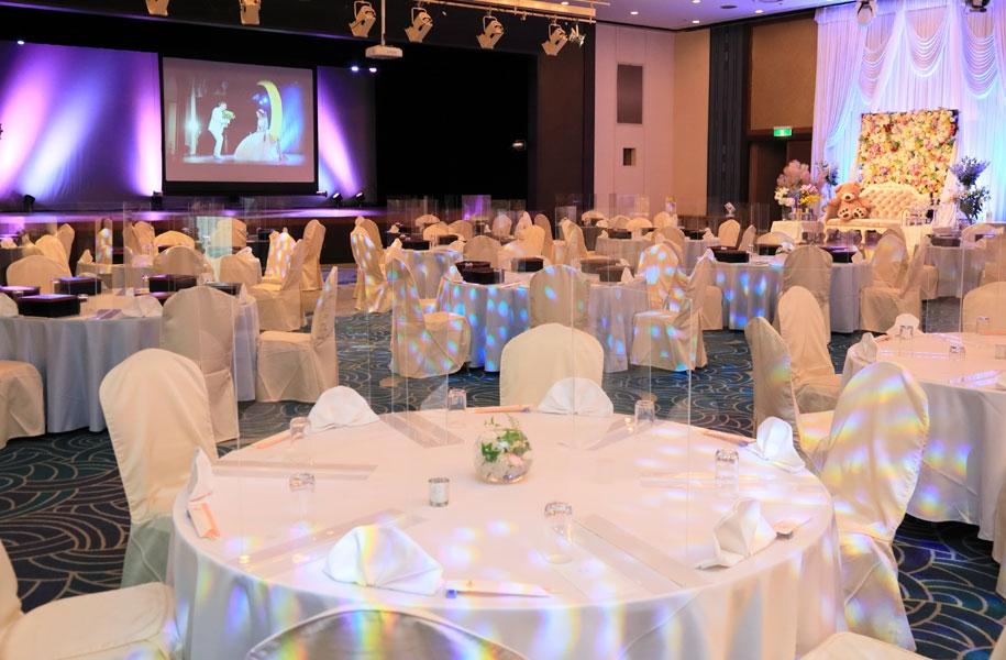 会場はテーブルとテーブル、席と席との距離をあけ、ゆったりした配置をご提案いたします。