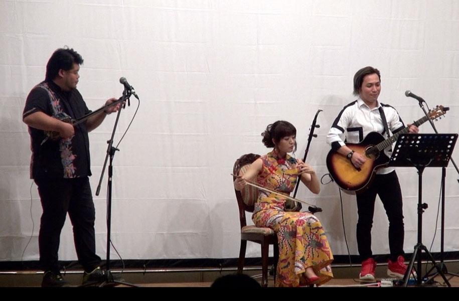 玉木家、主人公のお孫さんはミュージシャン。忙しい中かけつけて演奏してくれました。急遽二胡とのコラボレーションも。