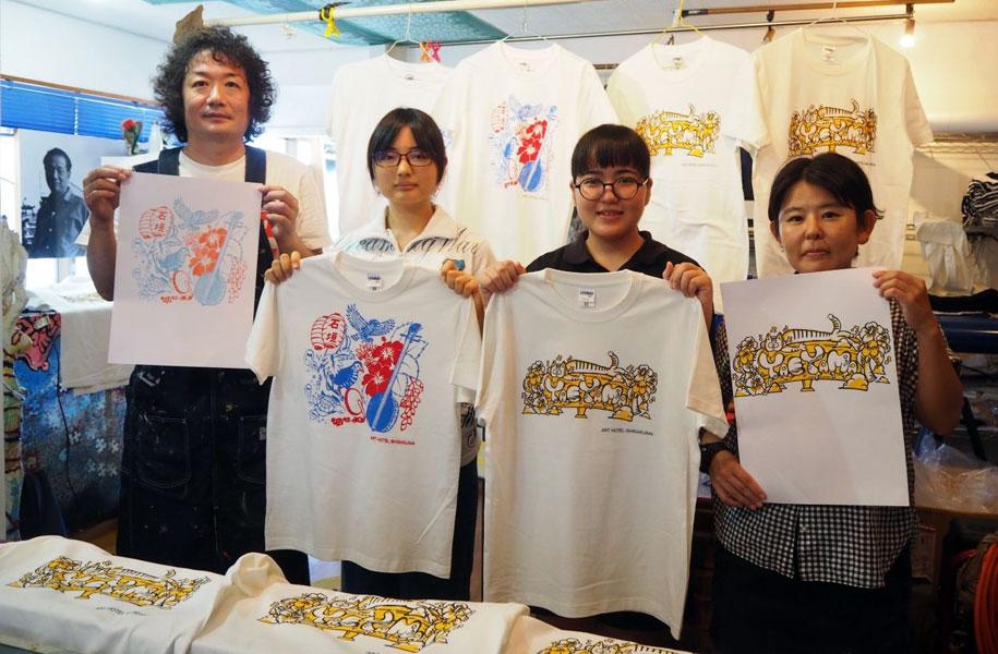 池城さん&高校の美術講師、酒井先生とともに。原画に近いTシャツが出来上がりました!