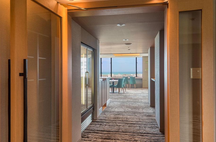 入口を入ると、目の前に空と海の絶景がまぶしく飛び込んできます。