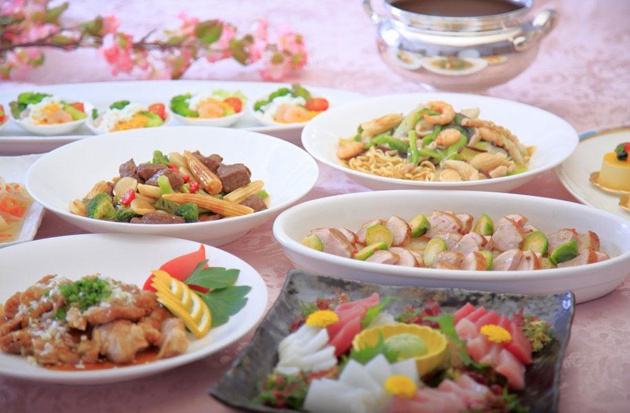 各テーブルに人数分のお料理が大皿で並びます