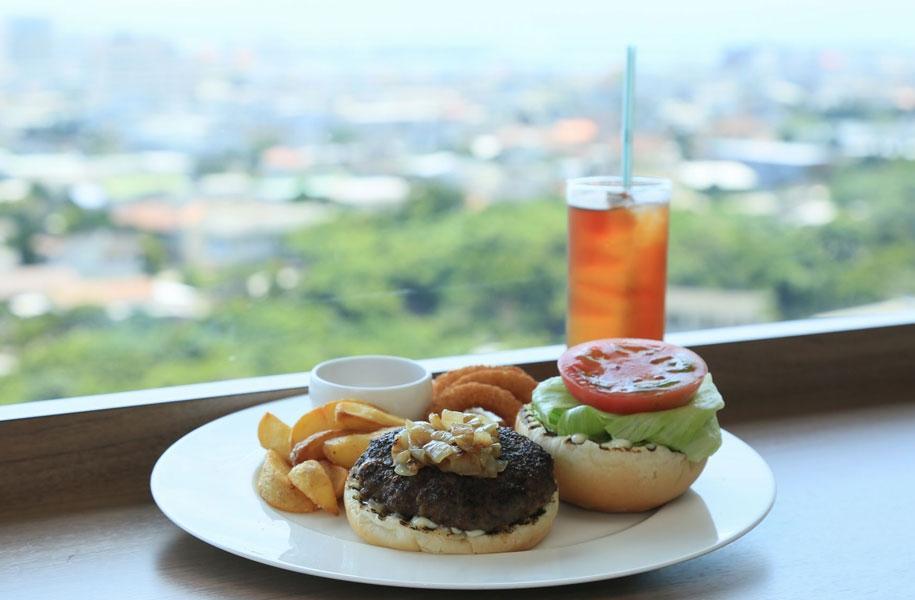 市街地・海・空を前に食べる石垣牛ハンバーガーは最高!