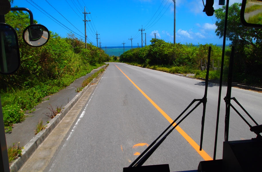 島の風景を見ながら路線バスの旅。