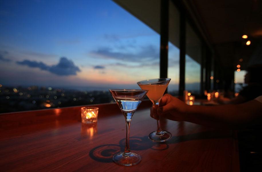 高台の「アートホテル石垣島」最上階、スカイバーカプリコンから見渡す景色は最高。