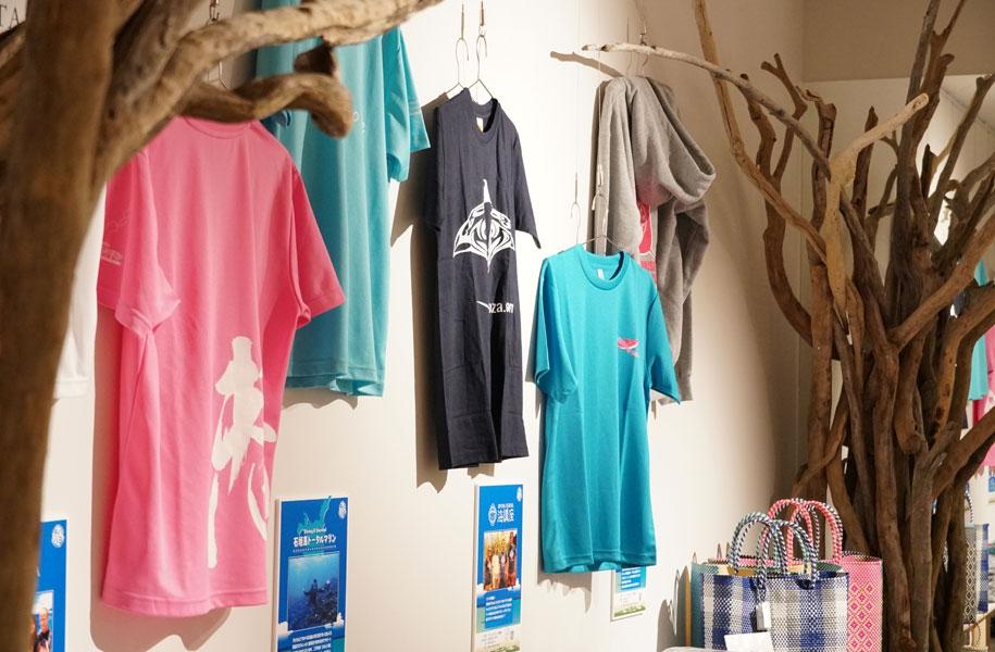 ダイビングショップTシャツはどれも個性豊かなデザインたち。