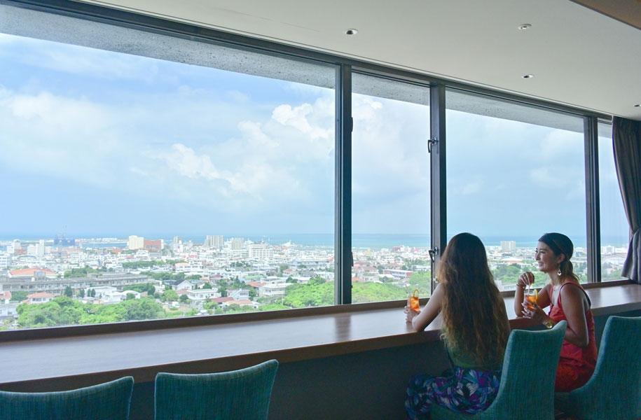 最上階のカフェ「カプリコン」からは、のんびり目の前に広がる180度のパノラマ絶景をお楽しみいただけます。