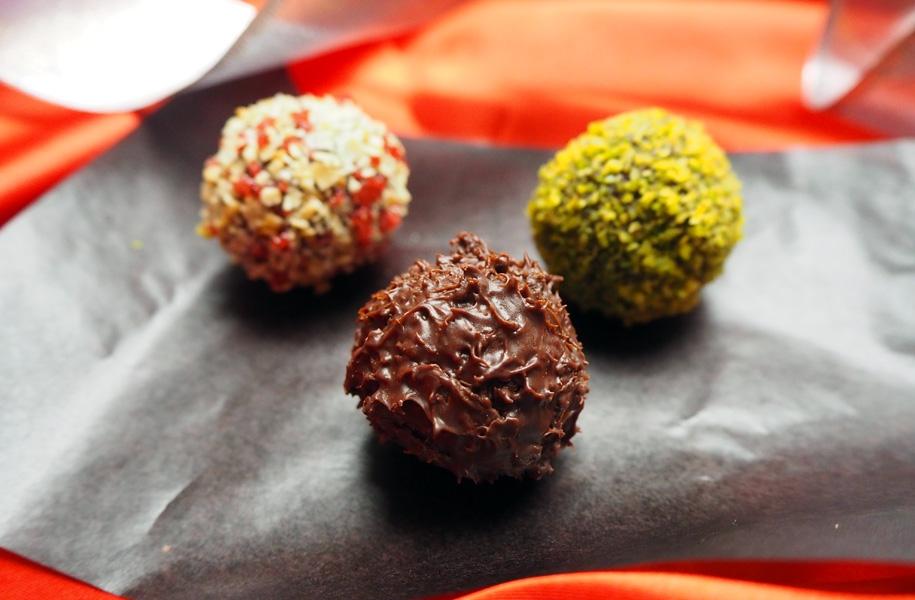 黒:ビターチョコ&リキュール/緑:パリパリのチョココーティングにピスタチオ/白:アーモンドとフランボワーズ