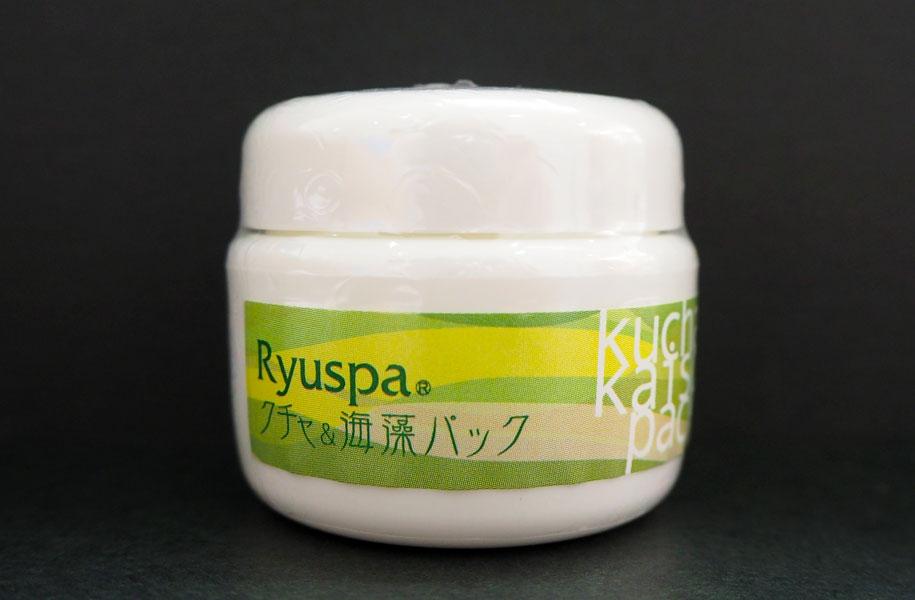 肌深部の皮脂や汚れを吸着して落とすクチャ(海シルト)のディープクレンジングパック。肌にうるおいを与える沖縄もずくや、3種の海藻エキスを配合。30g