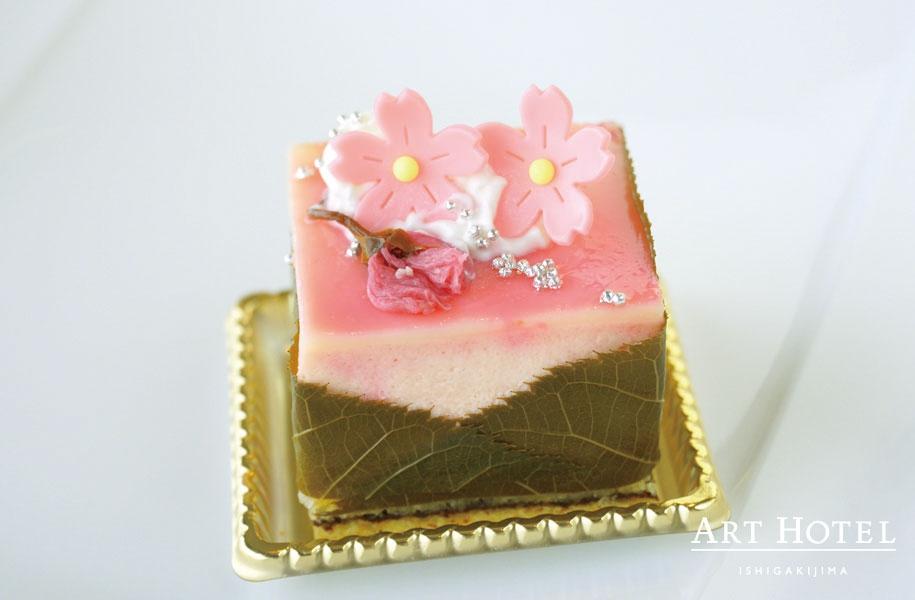 季節のケーキ「桜咲く」。桜のムースと白あんで和風テイストな一品。見た目もカワイイケーキです。
