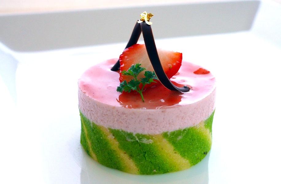 春音~はるおと~(460円)/春らしい色のキュートなケーキ。ピスタチオの生地と甘酸っぱい苺のムースが春らしい!