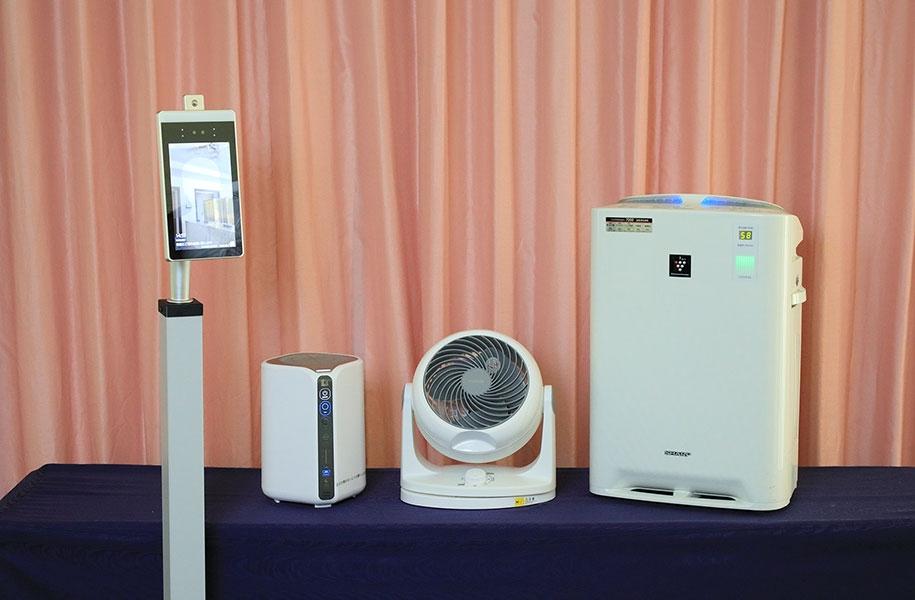 左から自動検温器、低濃度オゾン発生器、サーキュレーター、空気清浄機