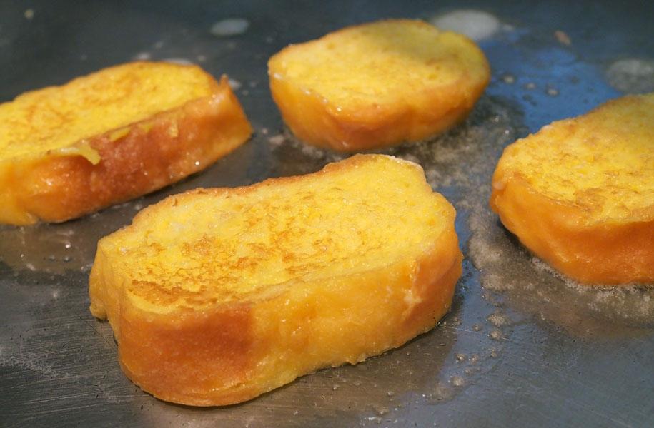 【毎日メニュー】シェフが目の前で焼くフレンチトーストが人気♪