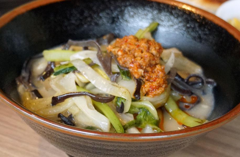 ヘルシーな野菜ラーメンもオススメ♪辛いもの好きな方はピリ辛肉味噌をたっぷりトッピングが◎