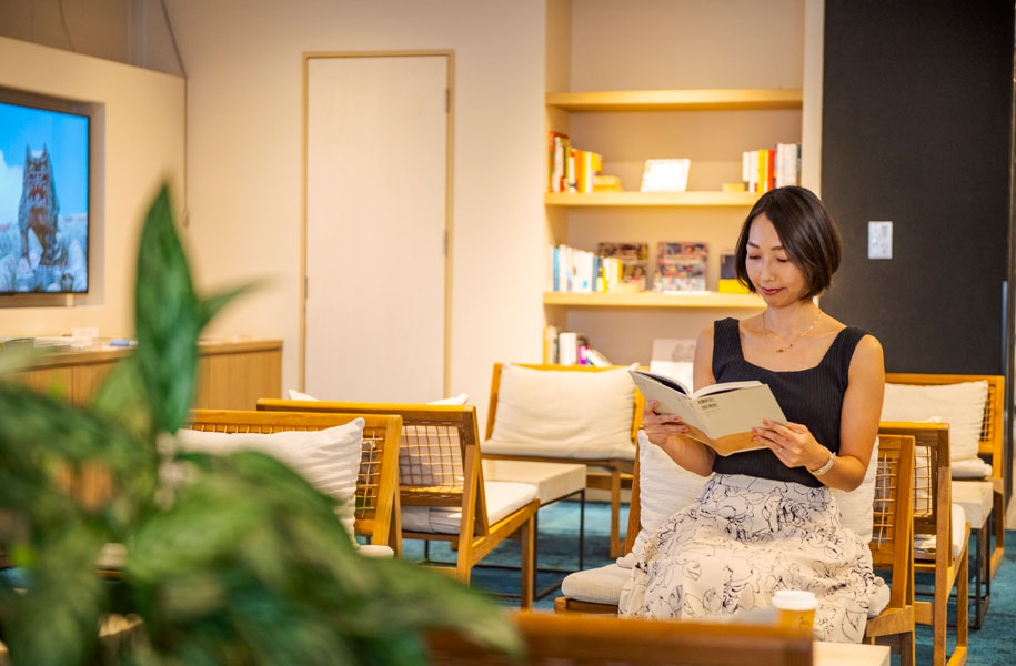 ダグズコーヒーの前にある「ARTBOOKPOCKETSTORE」で厳選された本を手にとってお読みいただけます。