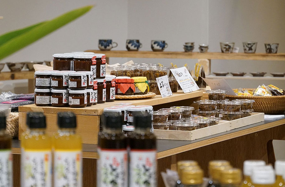 手間ひまかけて作られた美味しいもの=調味料、月桃茶、もずく、黒紫米などを揃えました。