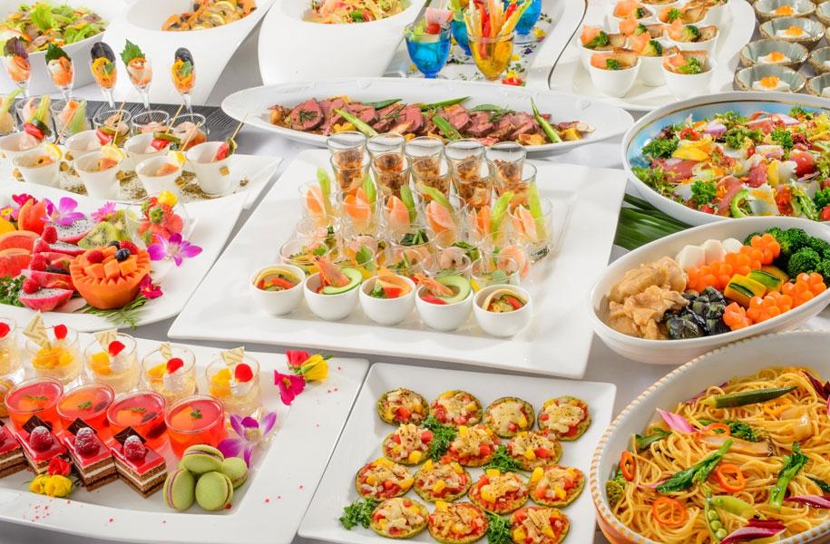 ブッフェ料理ならよりカジュアルに。お客様はお好きなものを選んでお召し上がりいただけます。(写真はイメージです)