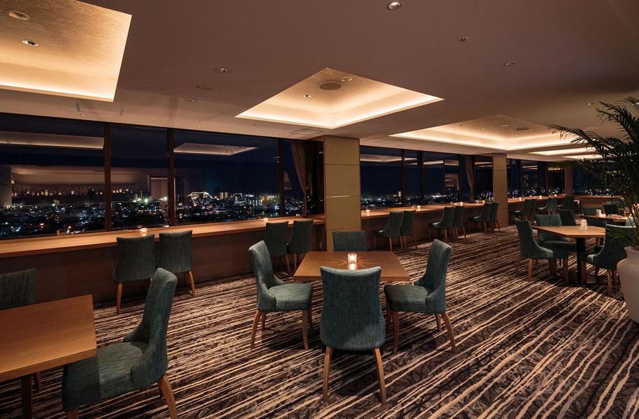 窓際の席、テーブル席で、市街地の夜景を見ながら美味しいお酒をどうぞ。
