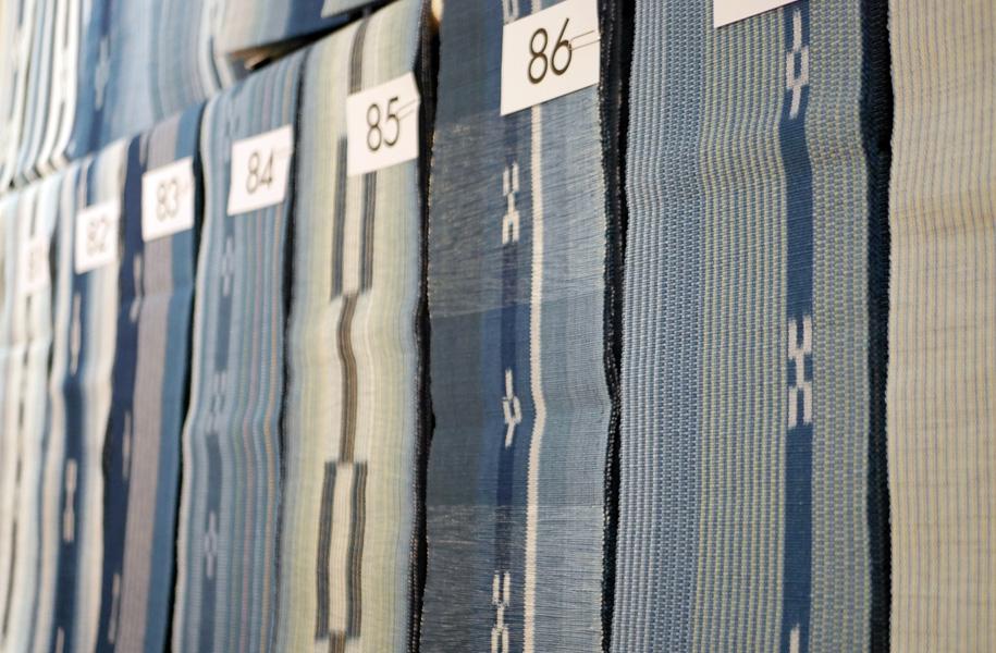 デザインから染め、織りまで1人で担当。デザインを考え、その色の糸のための天然染料を作り、染めて、織る。