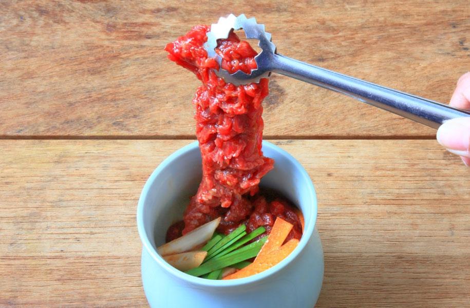 【壷漬けカルビ】ピリ辛ダレに漬けこんだ、柔らかいお肉