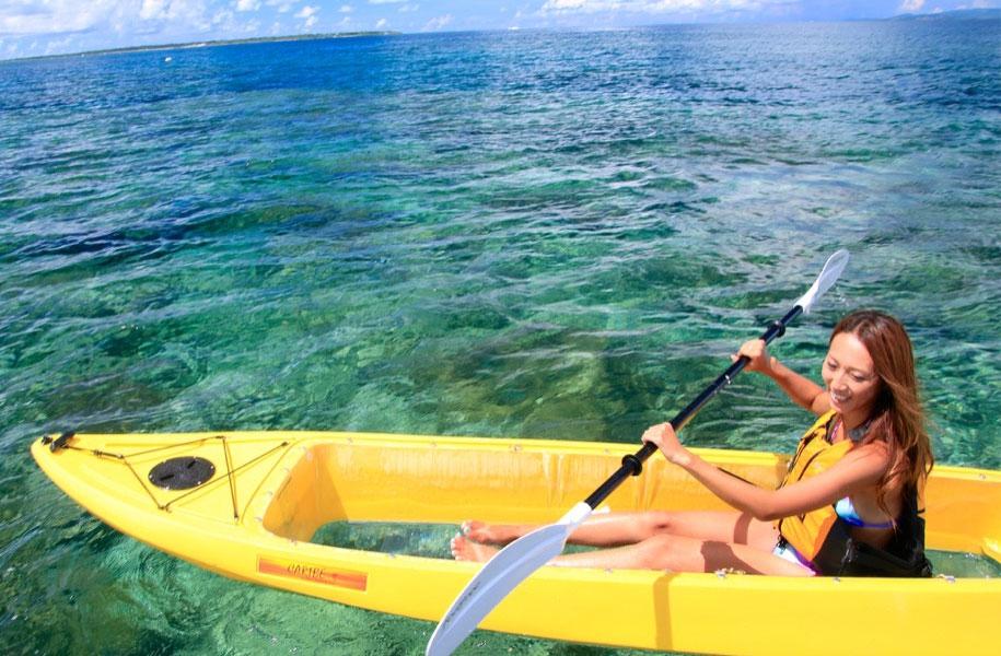 クリアカヤックなら海の中を見ながら、のんびり癒しのひとときを