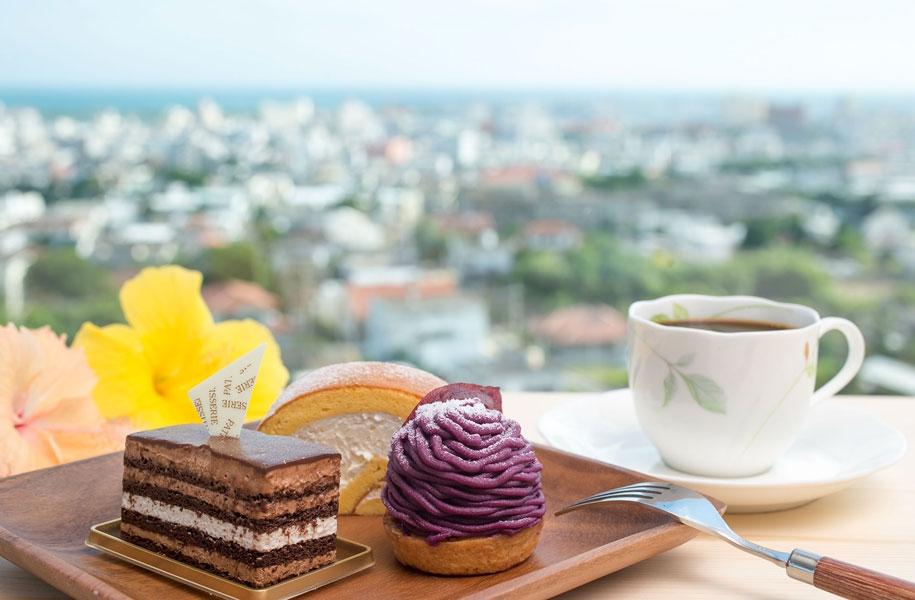 窓際のお席からは石垣島の市街地も一望できます。