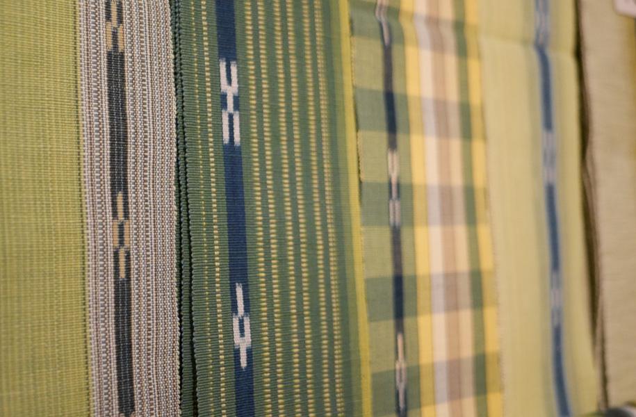 今回は24名の織り子さんによる作品200本を展示。自然の風合いをお楽しみください。