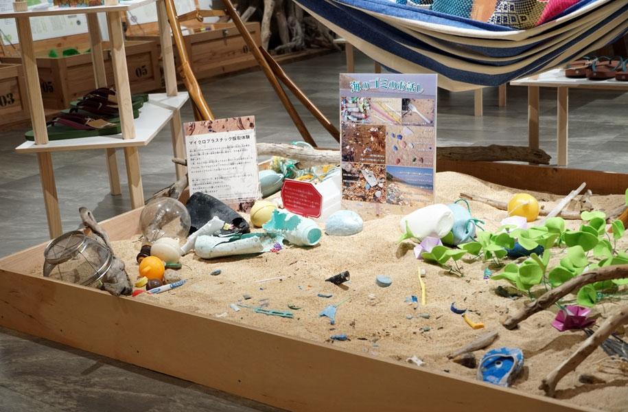 マイクロプラスチック採取体験ブース登場!ビーチを再現。備え付けのザルで砂をすくってマイクロプラスチックを見つけてみよう!