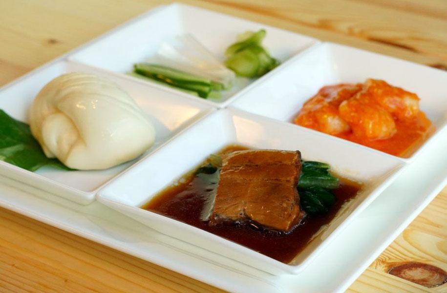 中華のワンプレート(東坡肉=トンポーロー・花巻・エビチリ・白髪ねぎ・キュウリ)