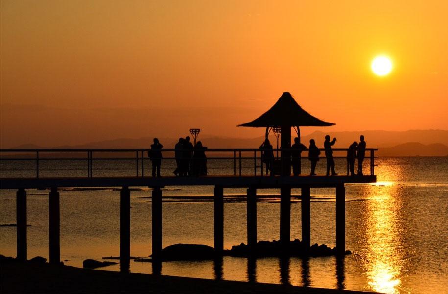 ビーチの向こうに沈む夕陽。サンセットは絶景!