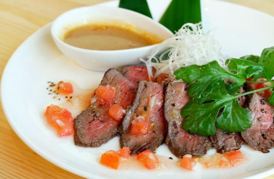 牛モモ肉の炙り焼きオニオンソース添え