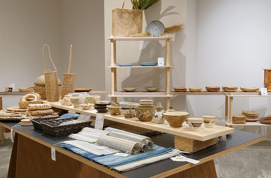 ぬくもりがあり木目が美しい島木の器や、テーブルで使いたい、上布やミンサー織のテーブルセンターやコースター、円座やカゴなども