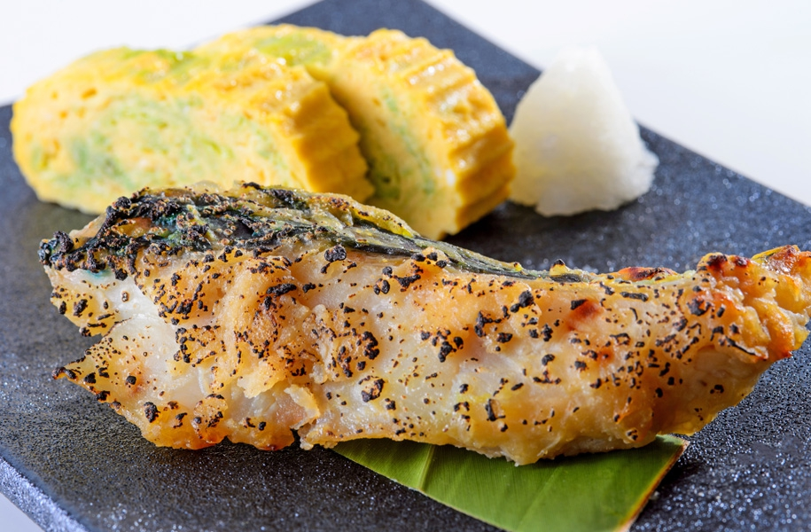 島魚を石垣島のやいま味噌につけて焼き上げました。アーサ入りの出汁巻き玉子とご一緒にお楽しみください。