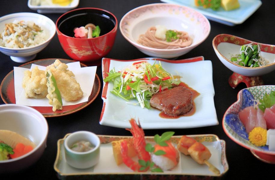 お一人分ずつテーブルに並ぶ和食会席(写真はイメージです)